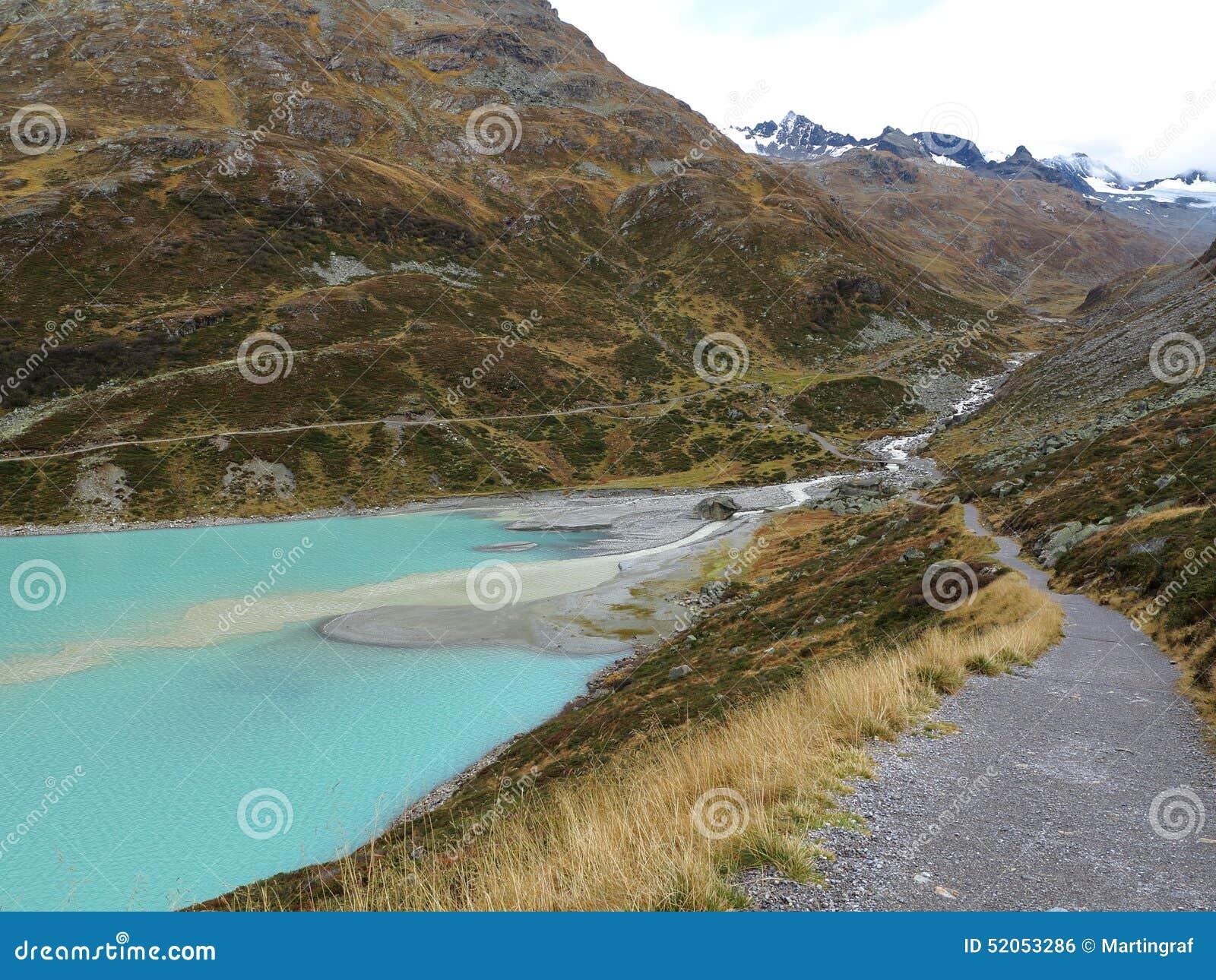 冰河在湖Silvretta的小河流入高山风景