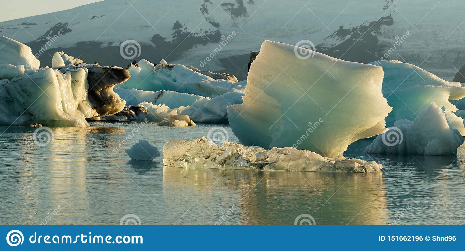 冰河湖冰山在冰川盐水湖