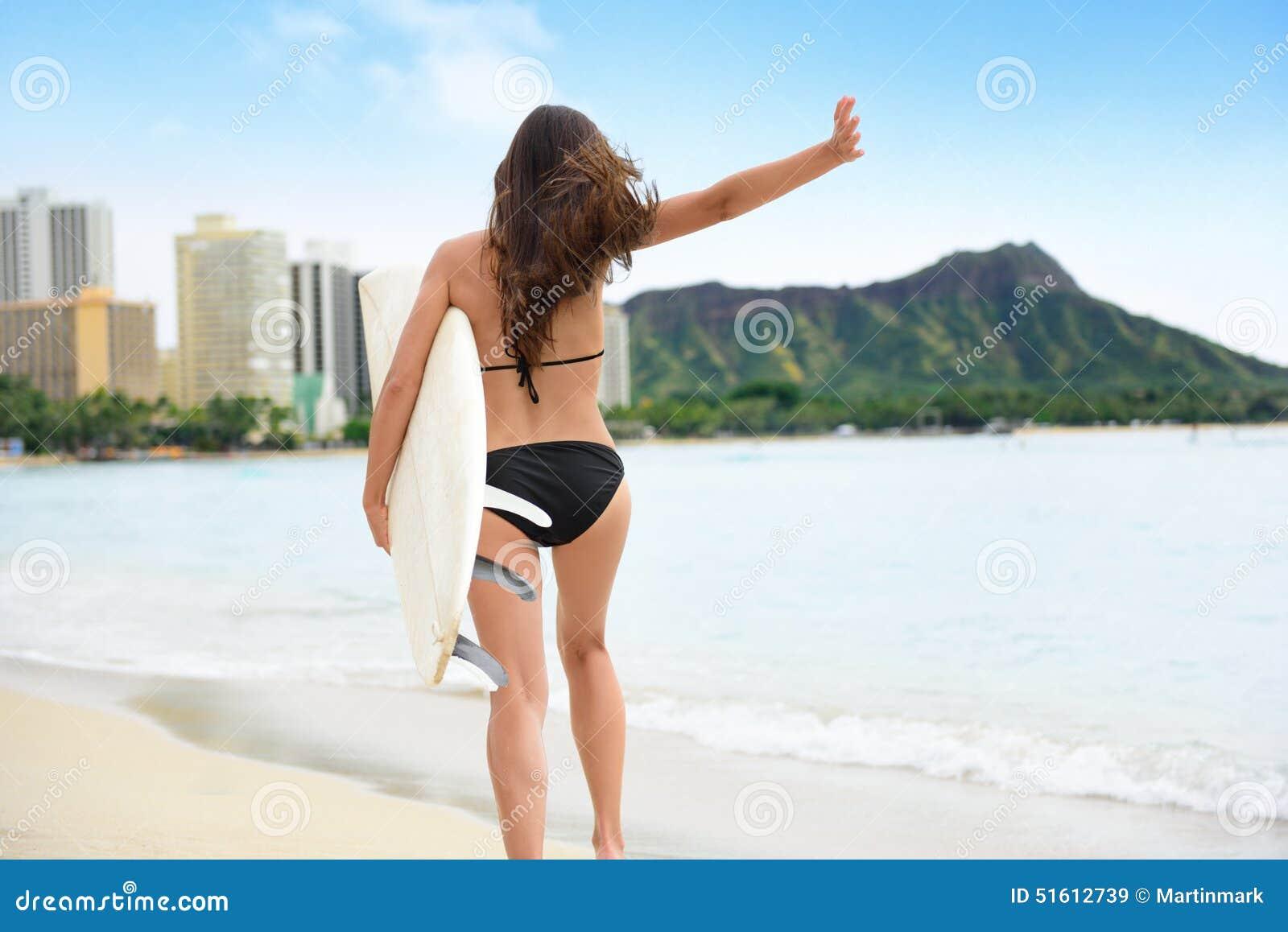 冲浪乐趣冲浪者女孩愉快去的冲浪在海滩