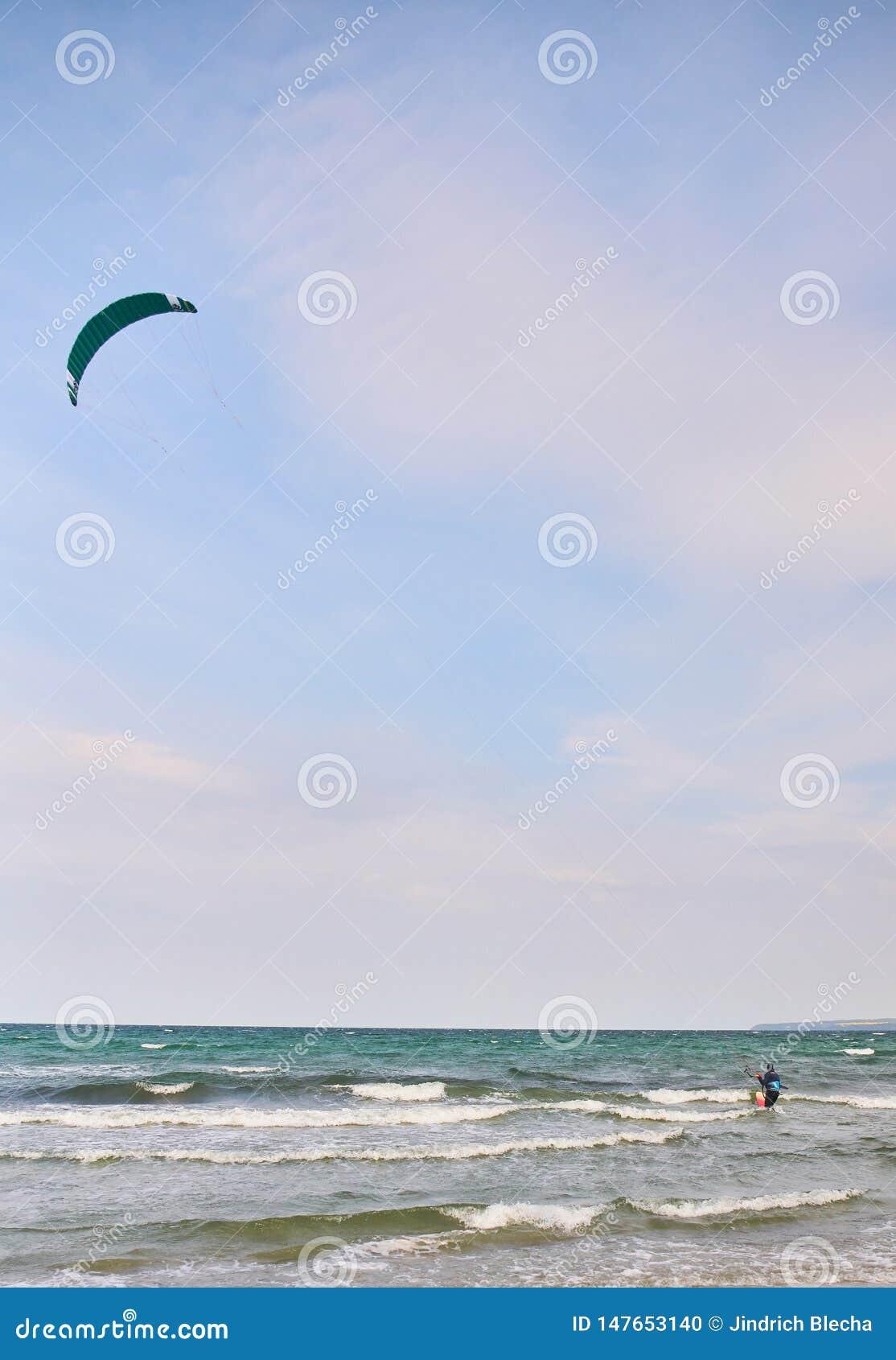 冲浪在海的风筝