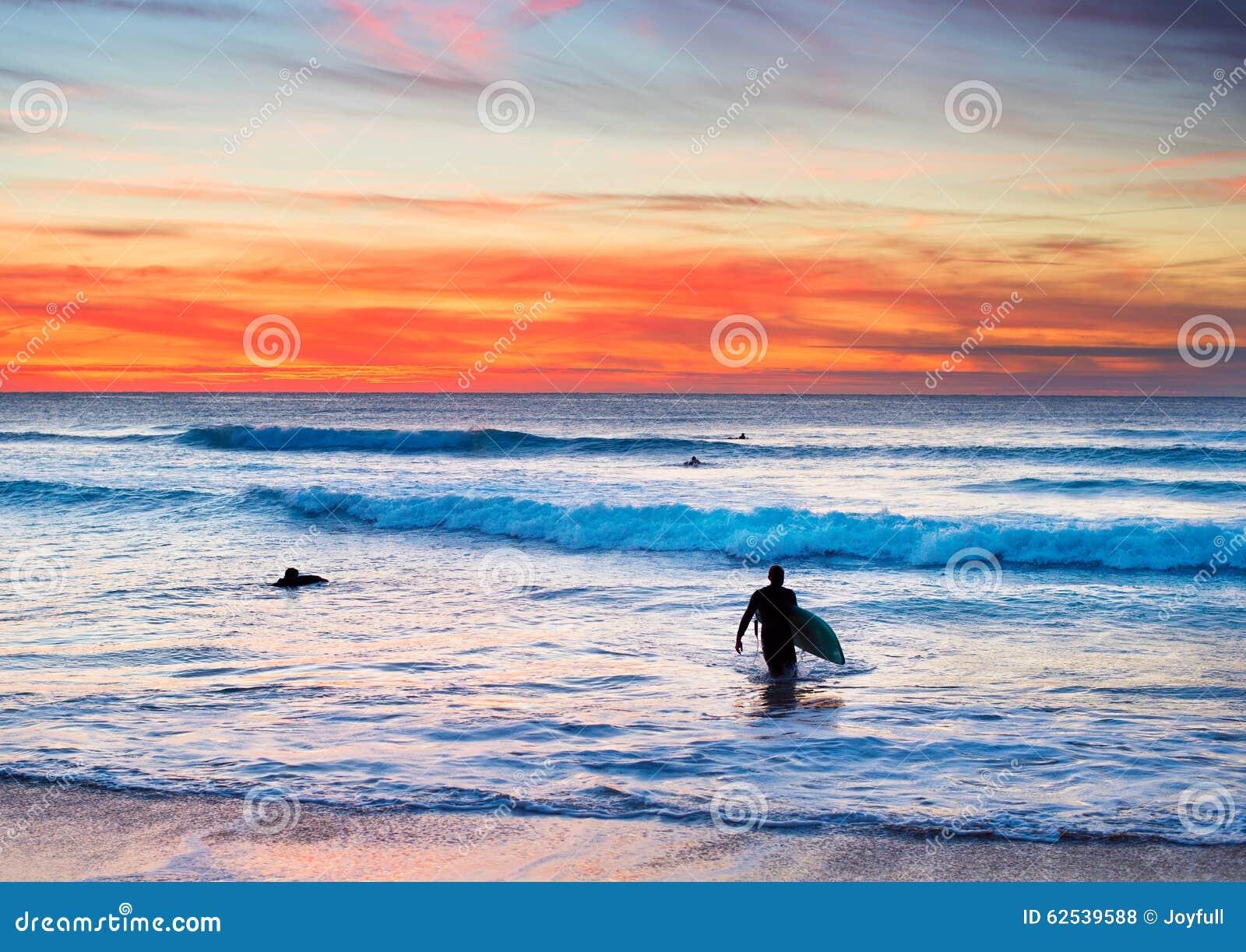 冲浪在葡萄牙海岸