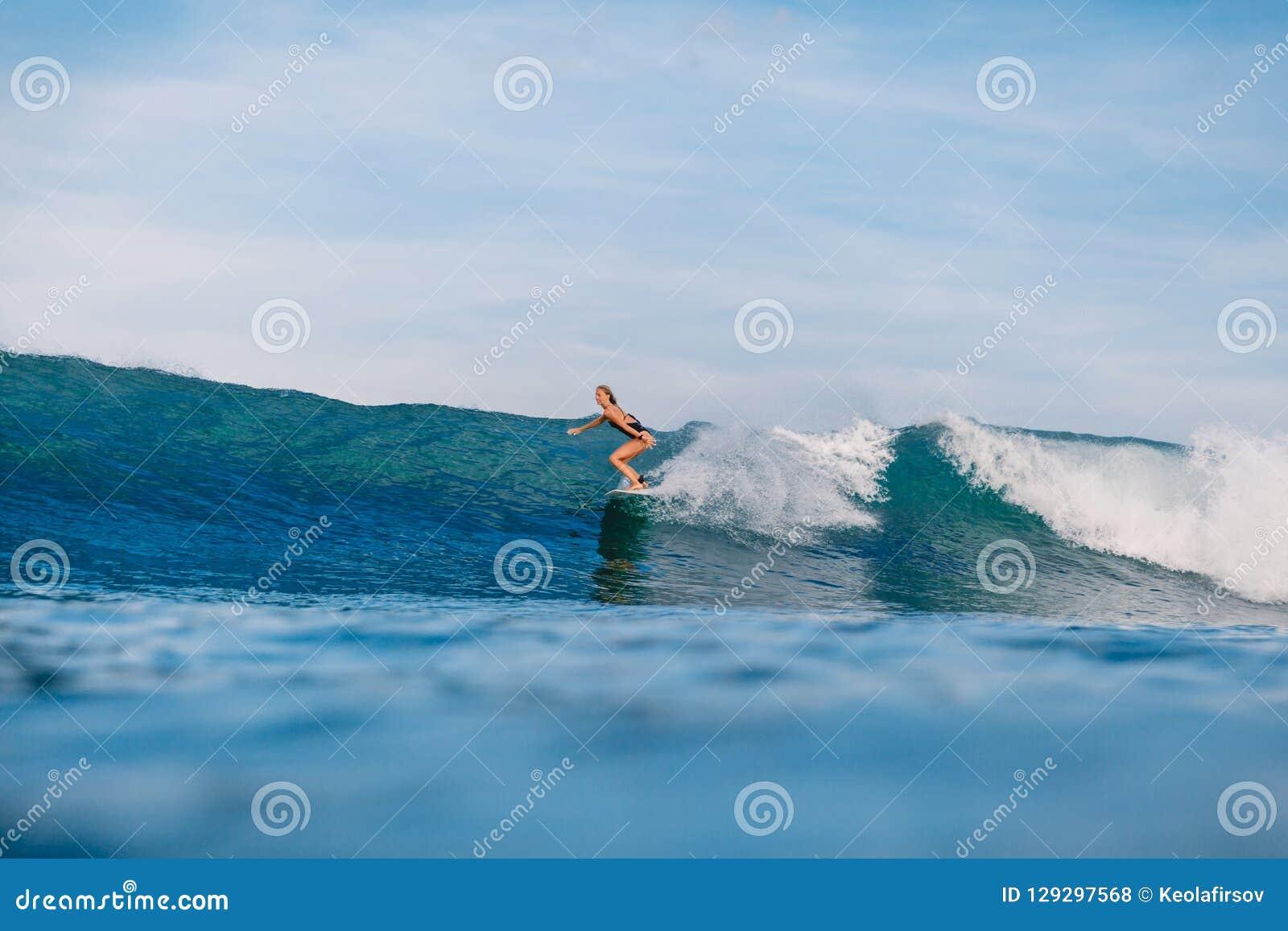 冲浪板乘驾的专业海浪女孩在桶波浪 海浪的妇女