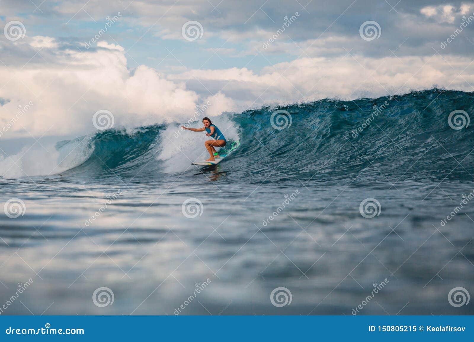 冲浪板的海浪女孩 妇女在冲浪期间的海洋