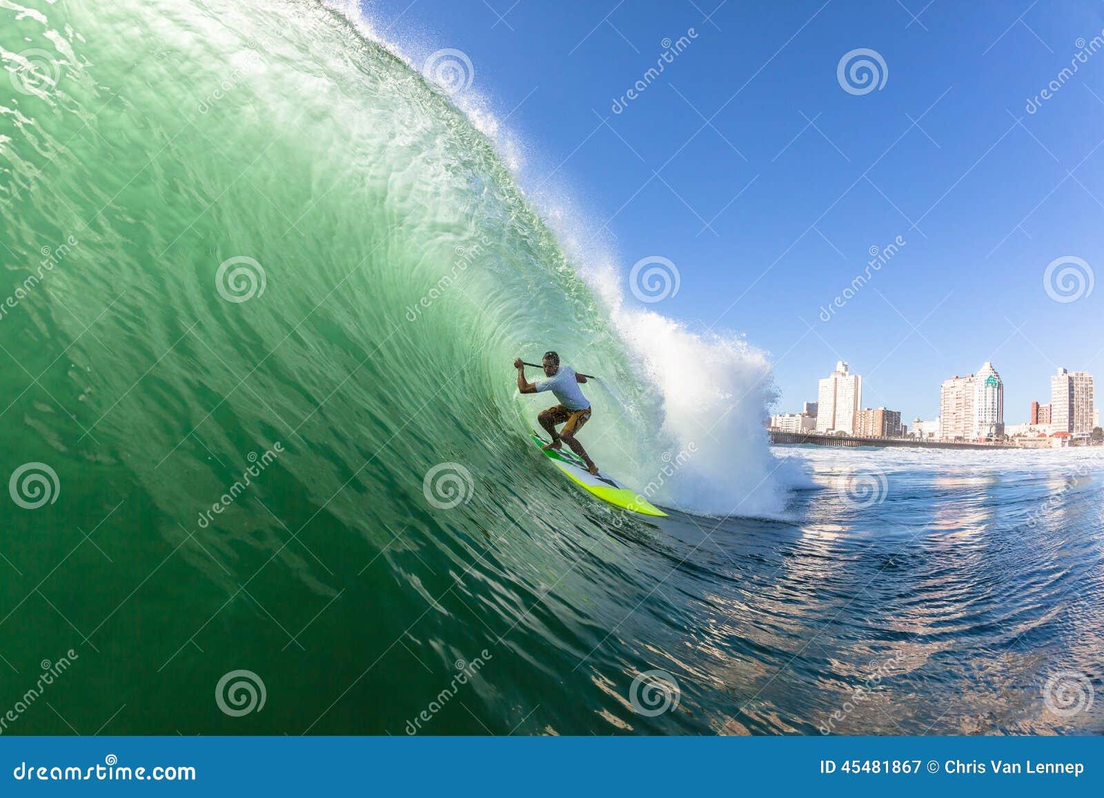 冲浪的冲浪者一口波浪
