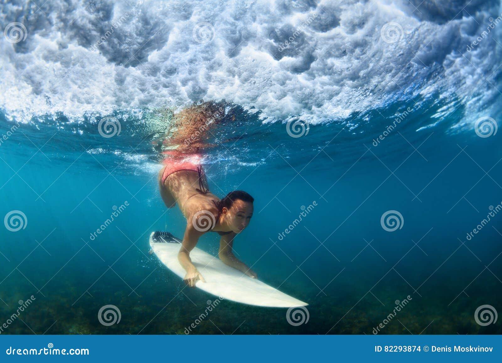 冲浪者女孩水下的照片水橇板的在海洋