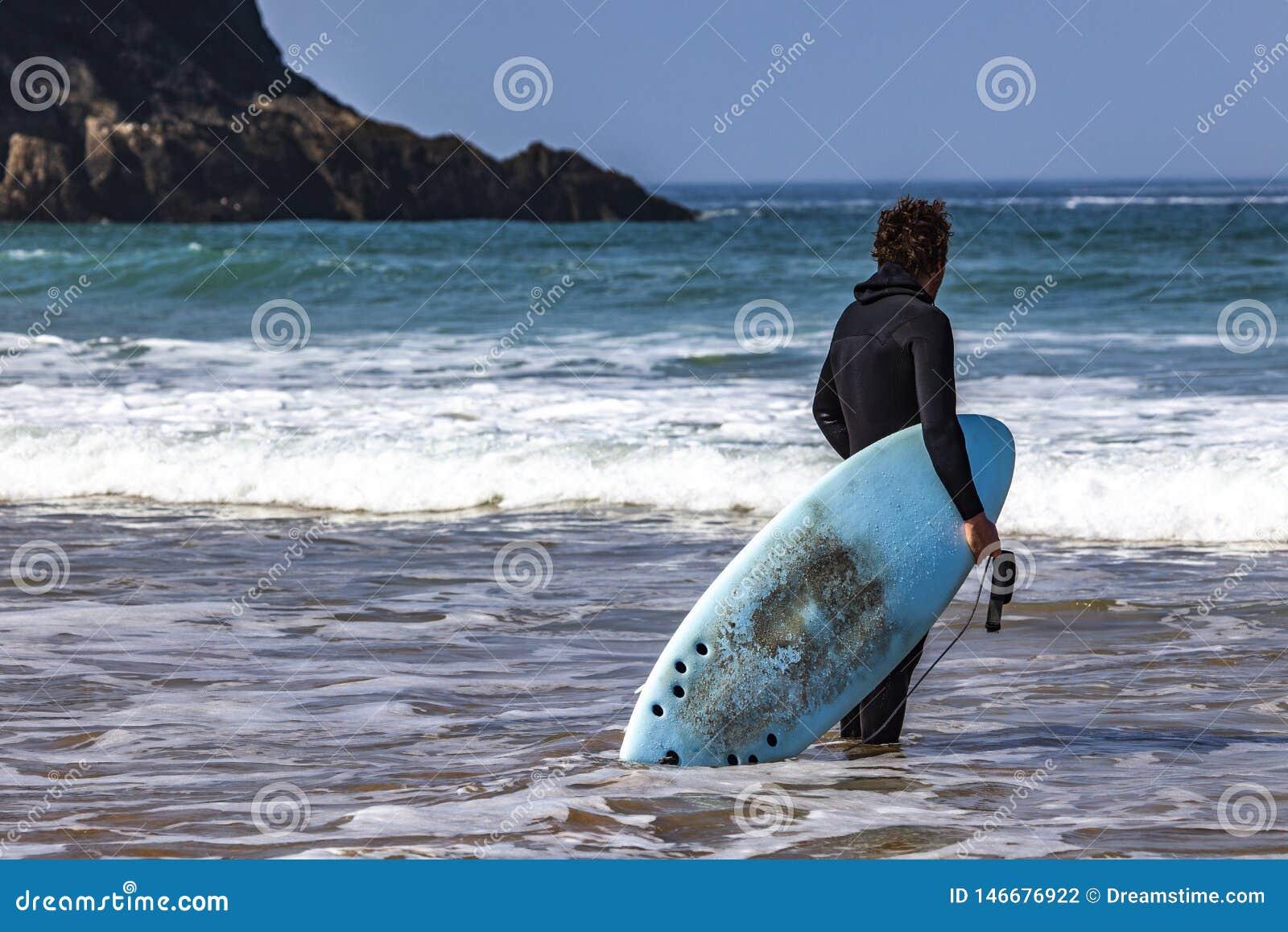 冲浪者手表到海洋