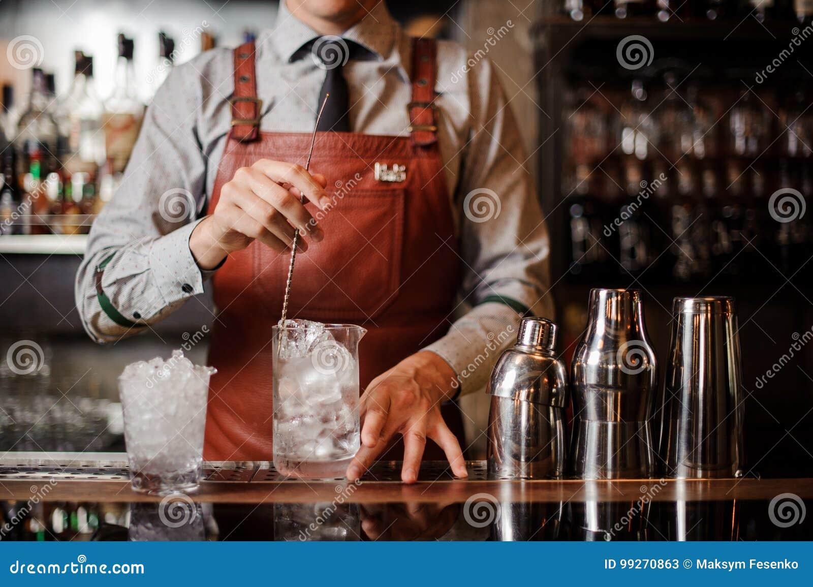 冷却与匙子的侍酒者鸡尾酒杯混合的冰