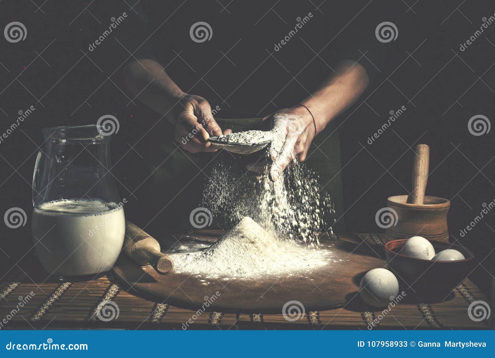 准备在木桌上的人面团在面包店关闭  复活节面包的准备