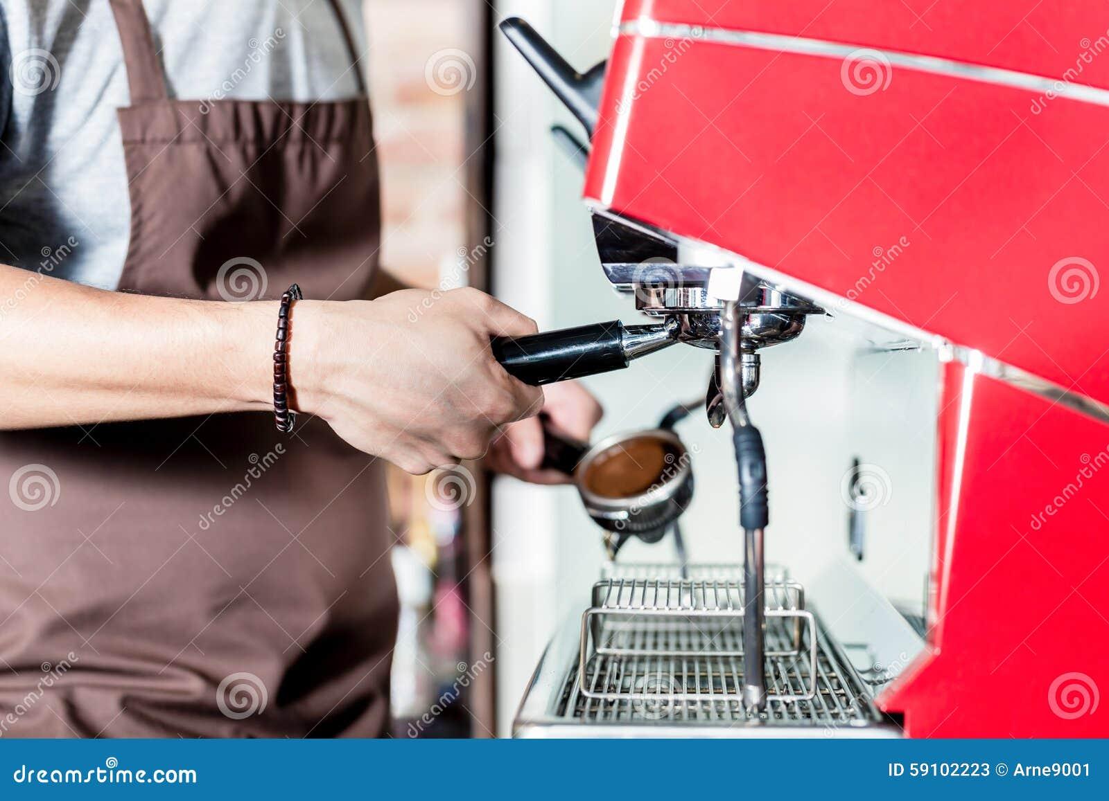 准备在portafilter机器的Barista咖啡在咖啡馆