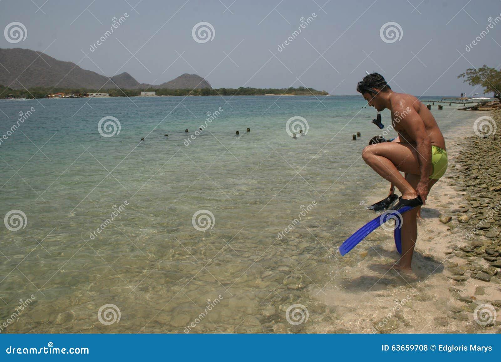 准备好一个英俊的人对潜航在一个美丽的海滩在加勒比