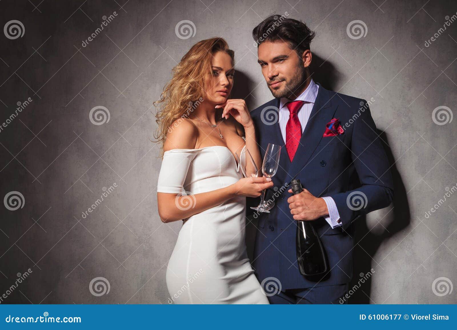 准备好典雅的夫妇集会用香槟