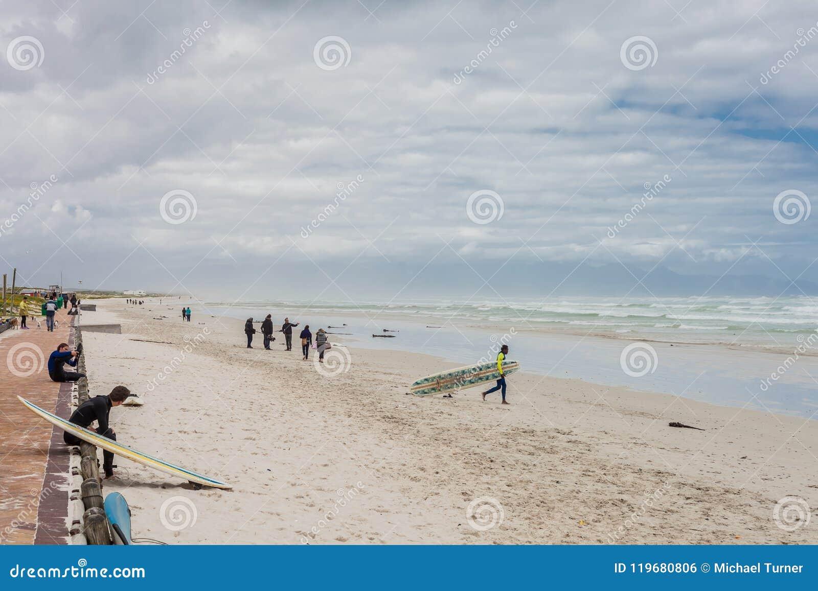 准备好的冲浪者出去入海