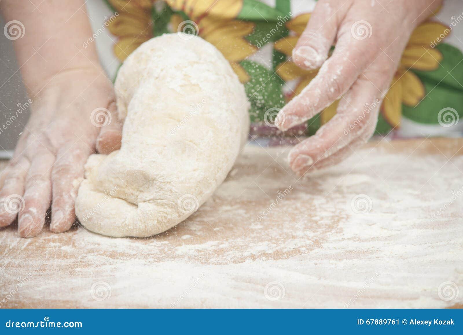准备新鲜的发酵面团的妇女的手