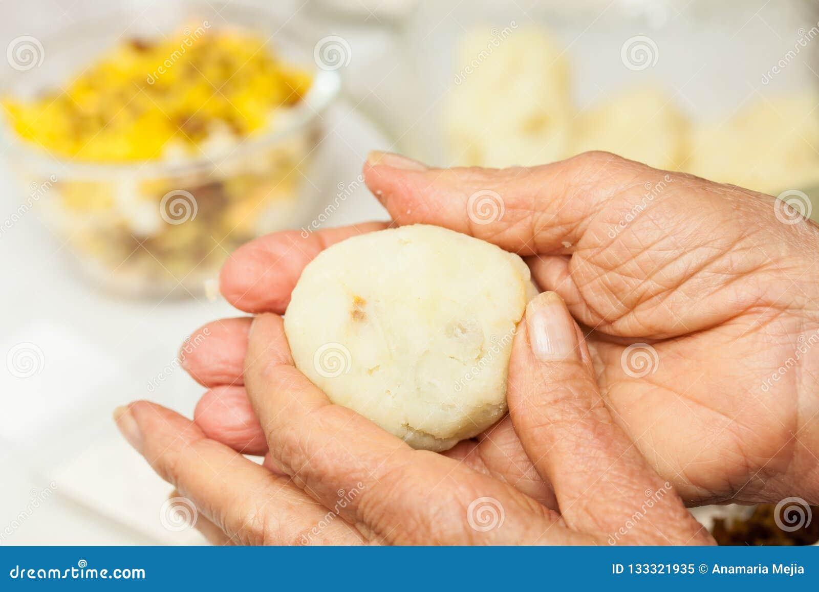 准备步传统哥伦比亚的盘叫被充塞的土豆