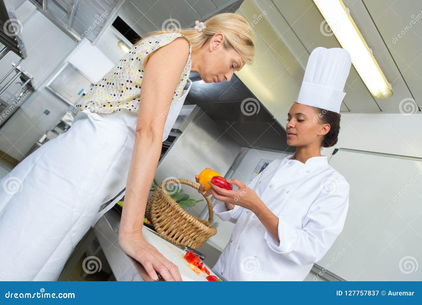 准备盘的两位厨师