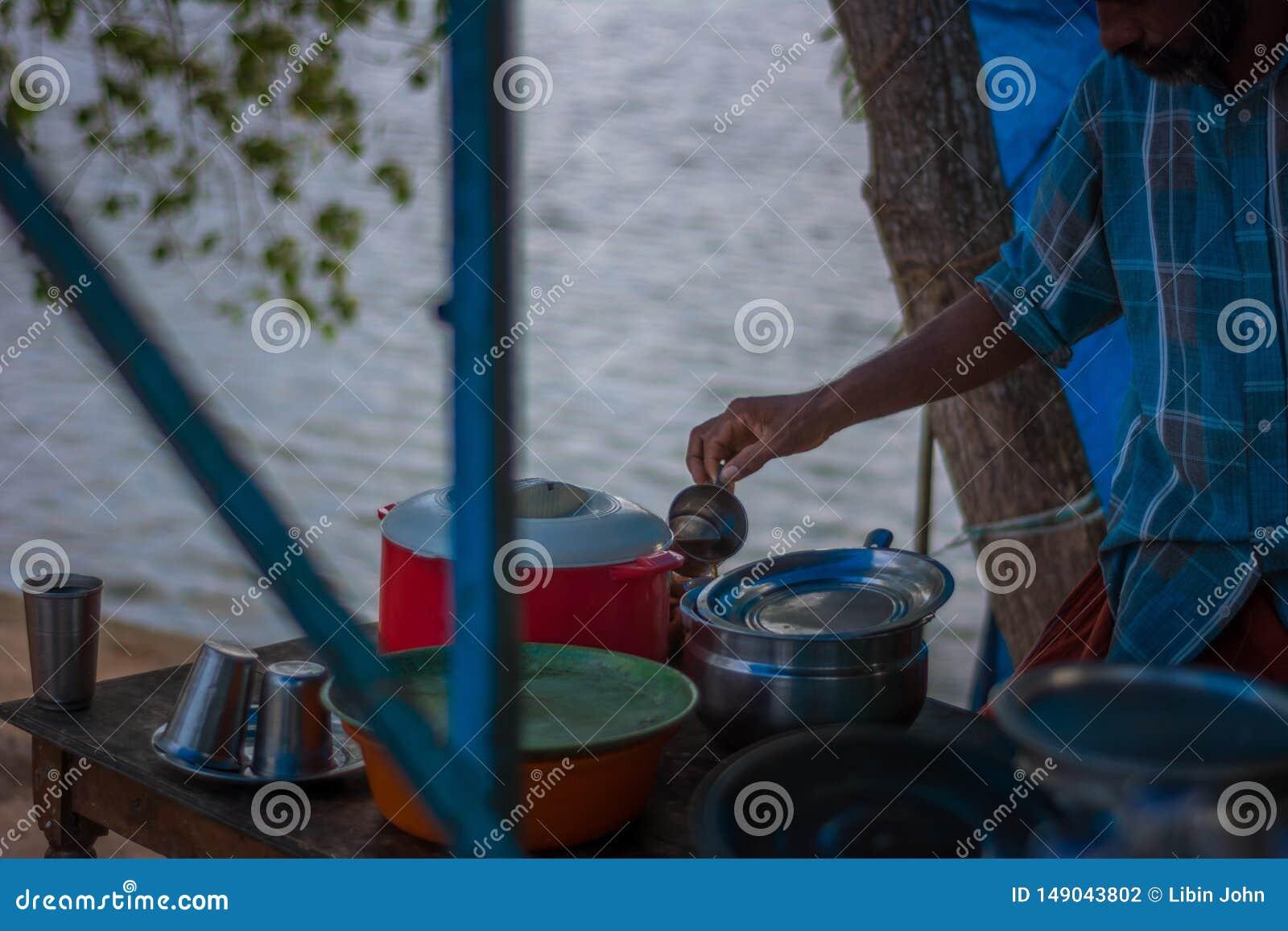 准备草本咖啡的人在孟乐海岛