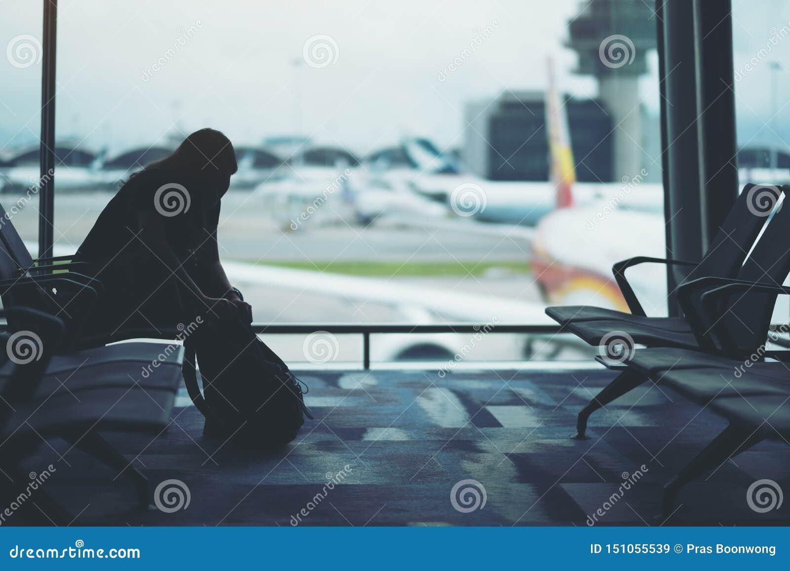 准备袋子的妇女旅客在机场
