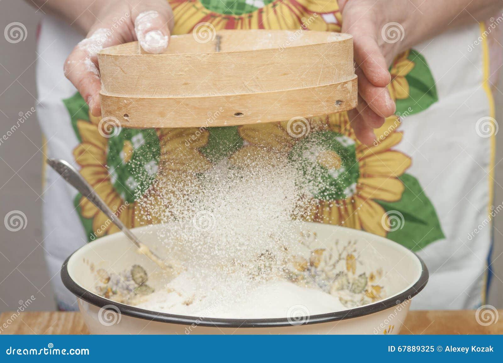 准备面粉的妇女的手在烘烤饼前