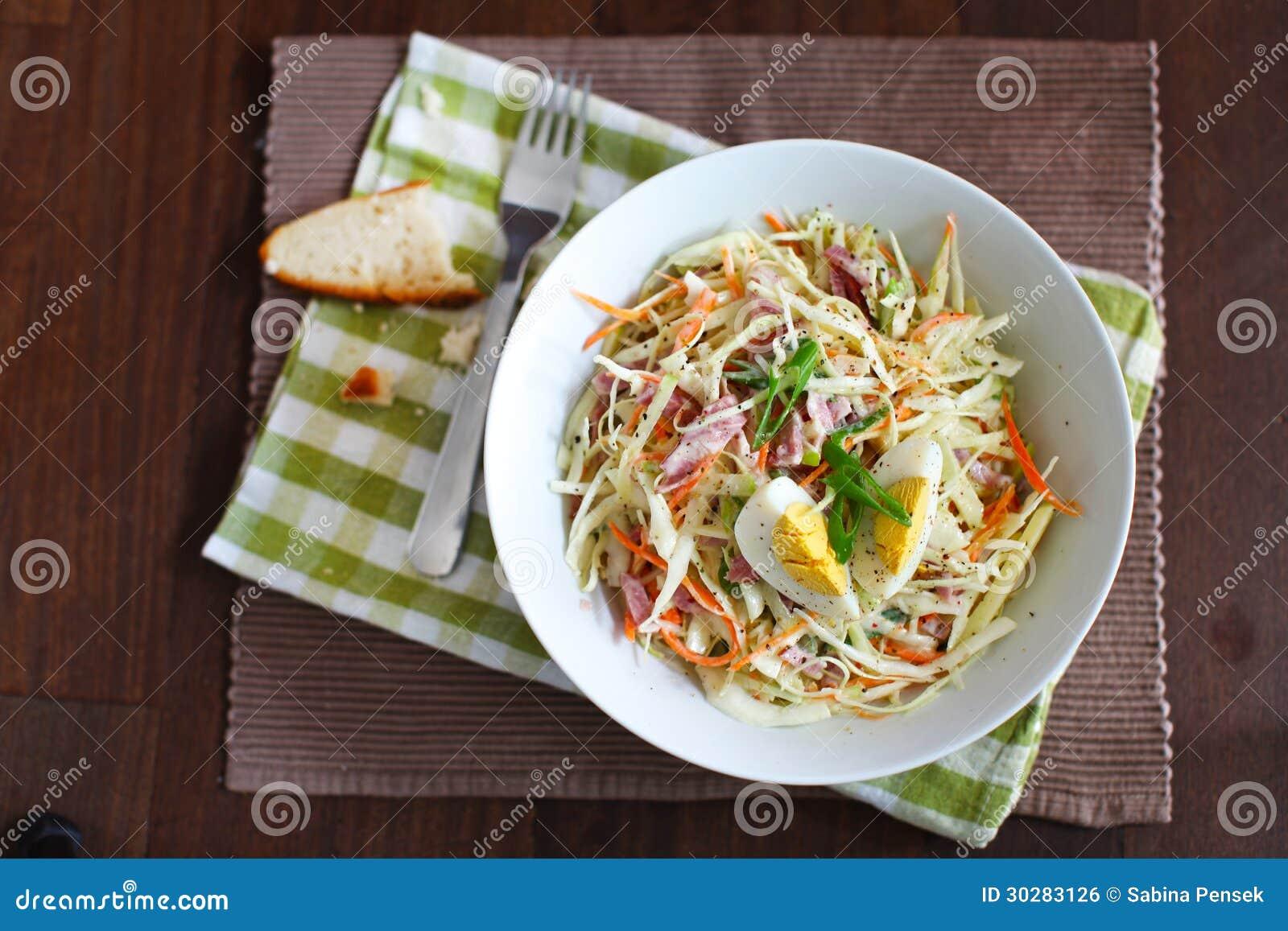 凉拌卷心菜沙拉用苹果、火腿和水煮蛋
