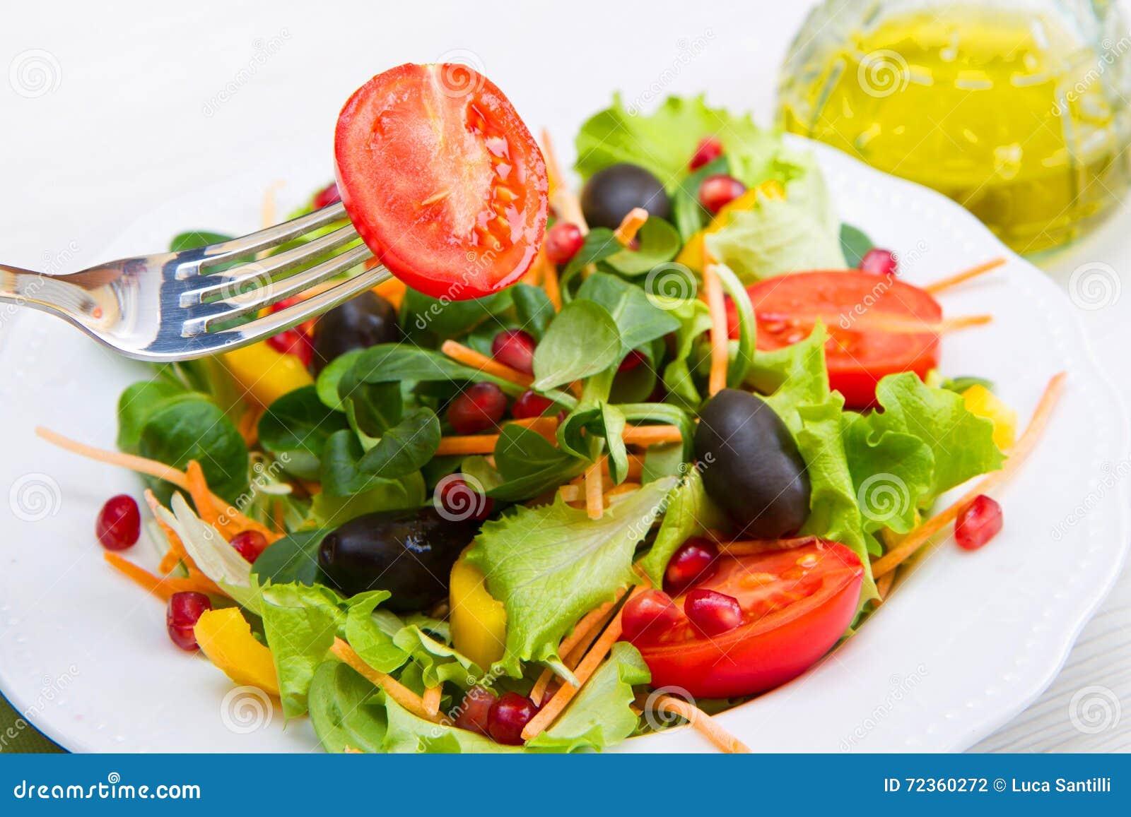 凉拌生菜用在白色板材的蕃茄在木桌上