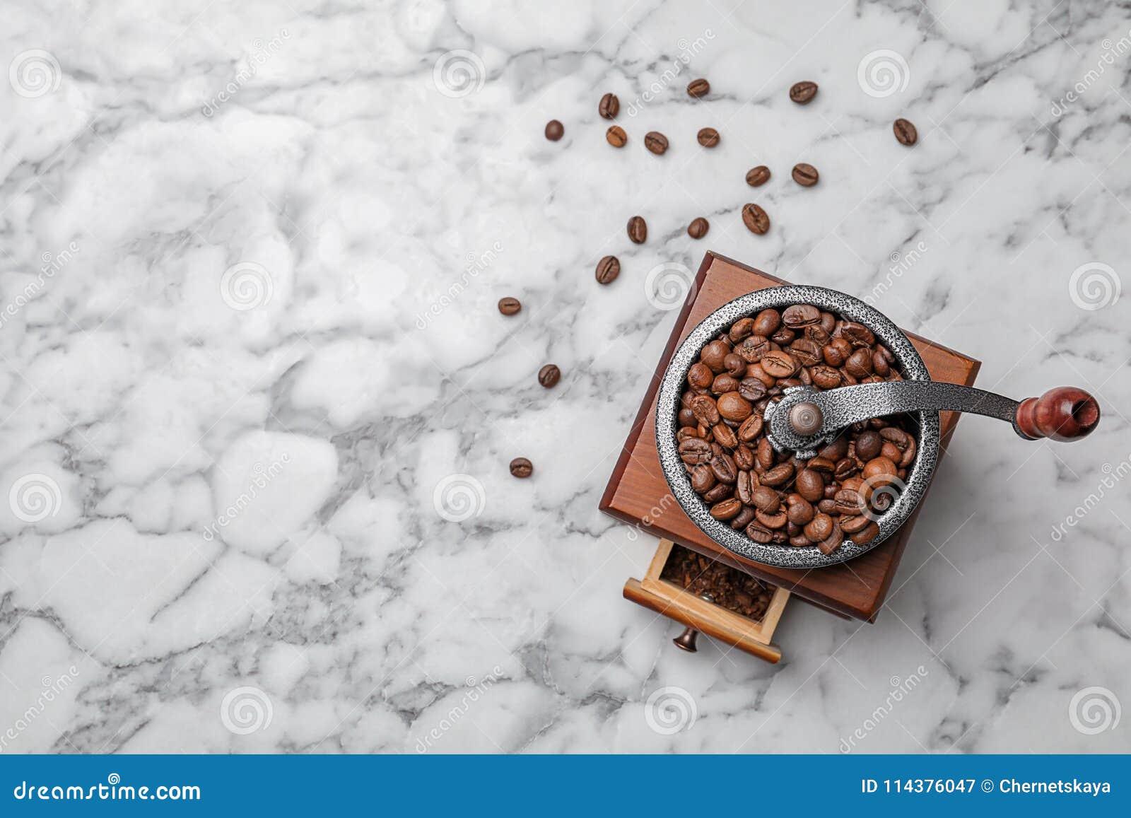 减速火箭的磨咖啡器用豆