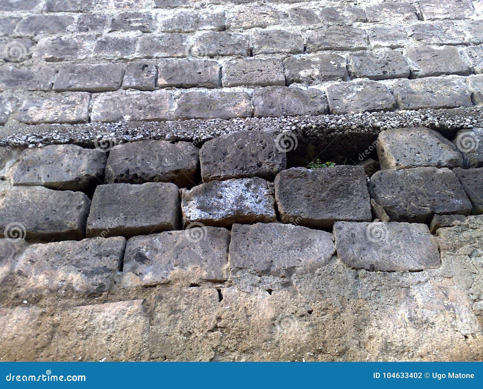 凝灰岩石头老石墙在意大利