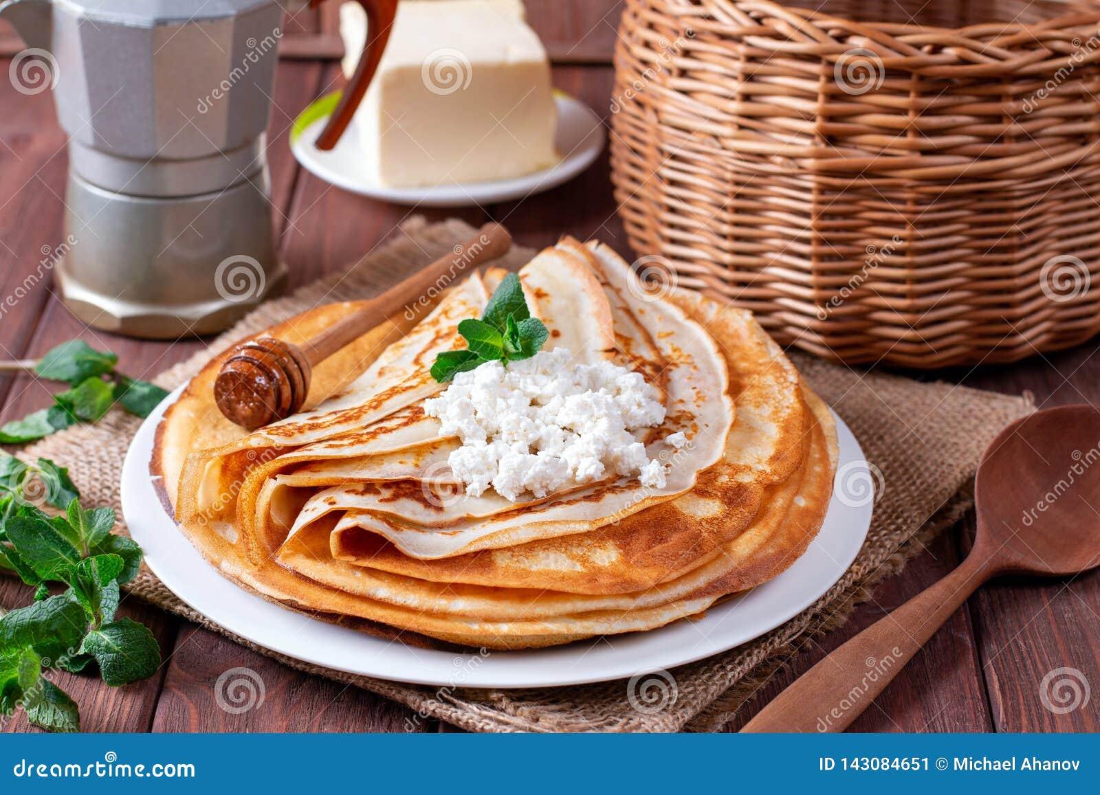 凝结在一块白色板材的稀薄的薄煎饼 堆绉纱,俄国blin