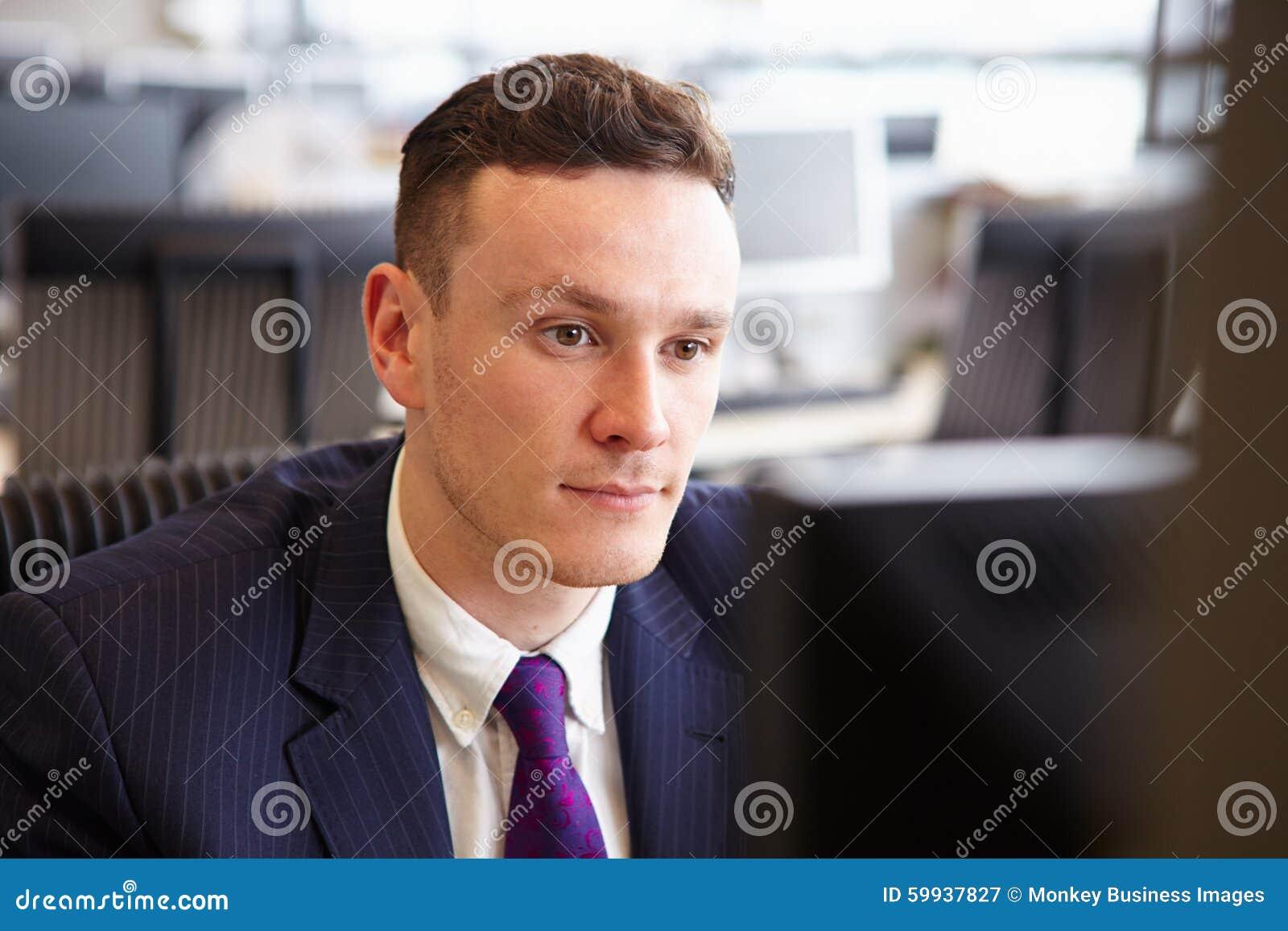 凝视屏幕的年轻商人