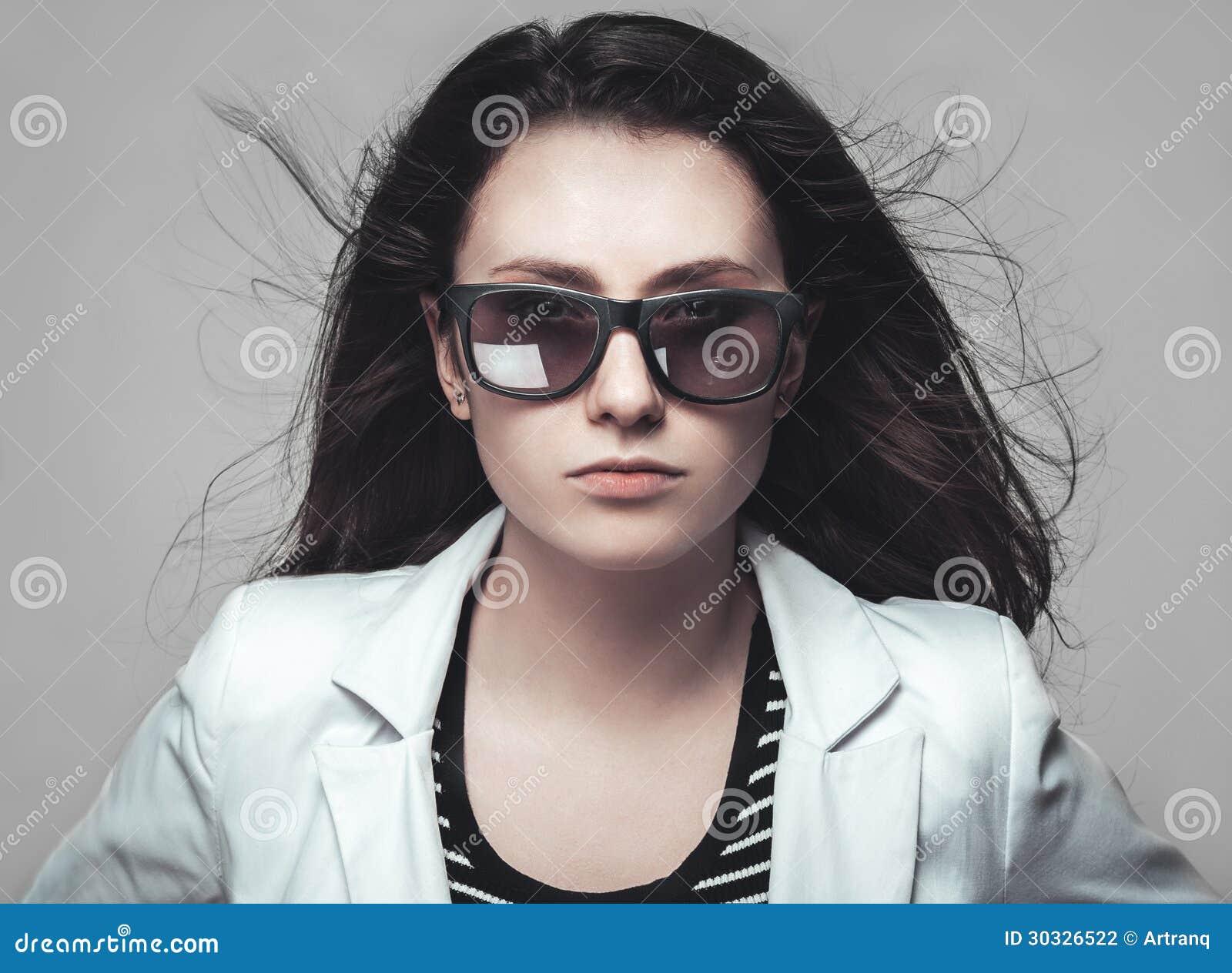 凝视通过太阳镜的女实业家