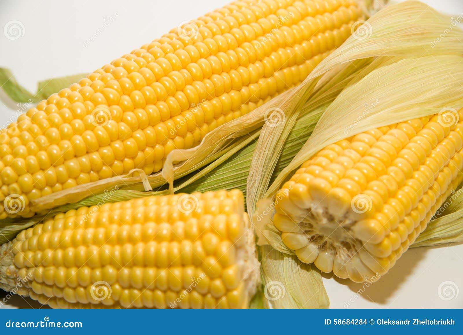 一些个成熟玉米穗在白色.图片