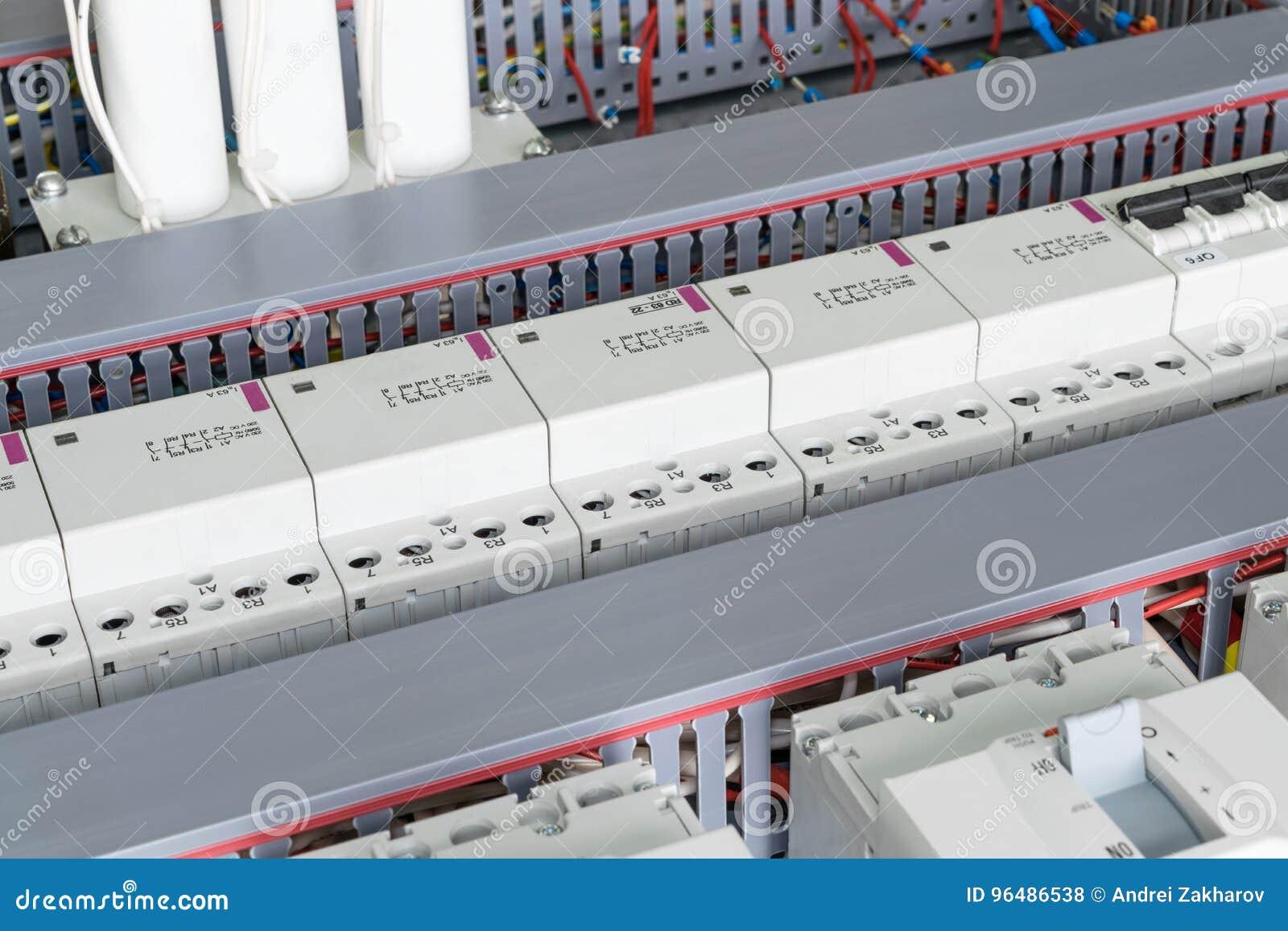 几个电力开关、电缆管架线的,模件接触器和电容器