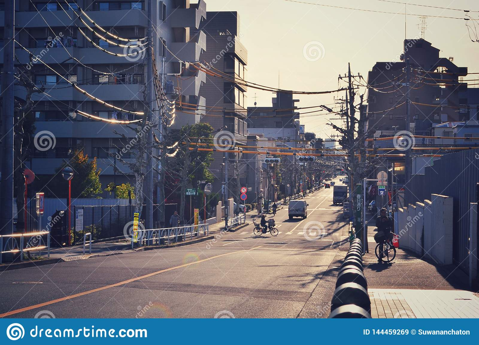 几乎日间空的街道在东京