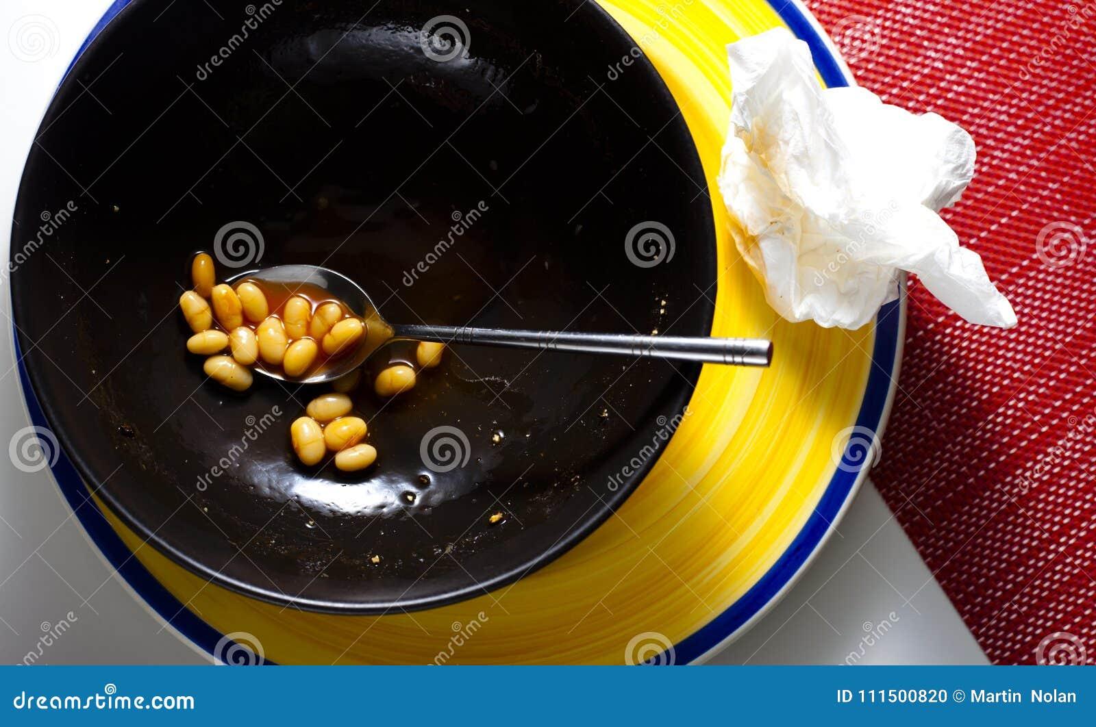 几乎空的碗被烘烤的豆