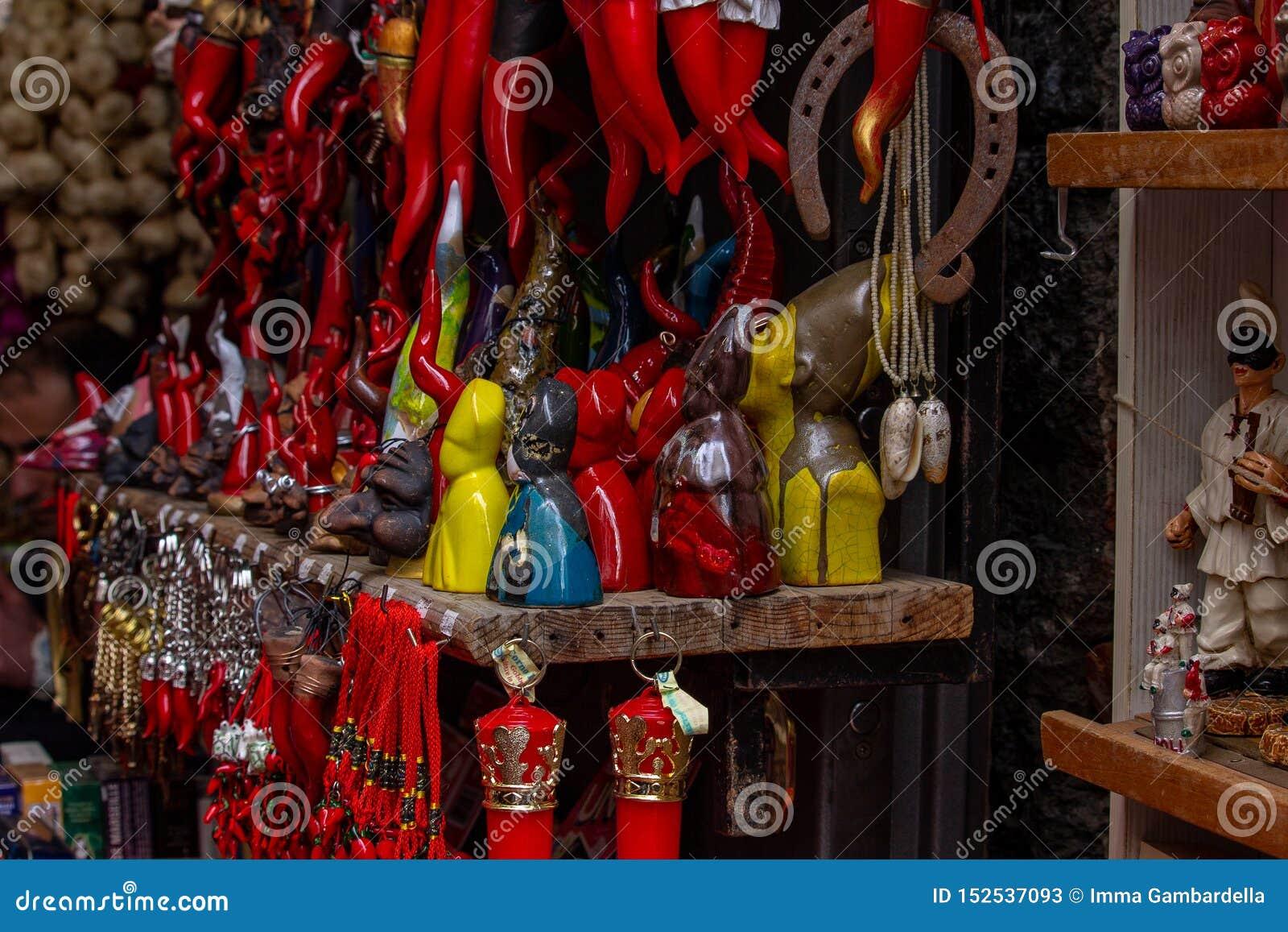几幸运的魅力,幸运的垫铁,马掌 在前景圣热纳罗设计小雕象