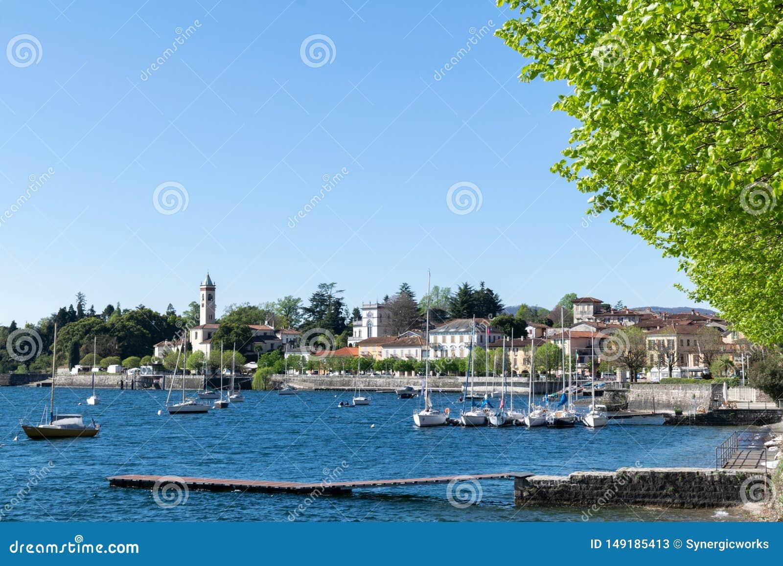 几艘船在海湾区域北部Italy湖