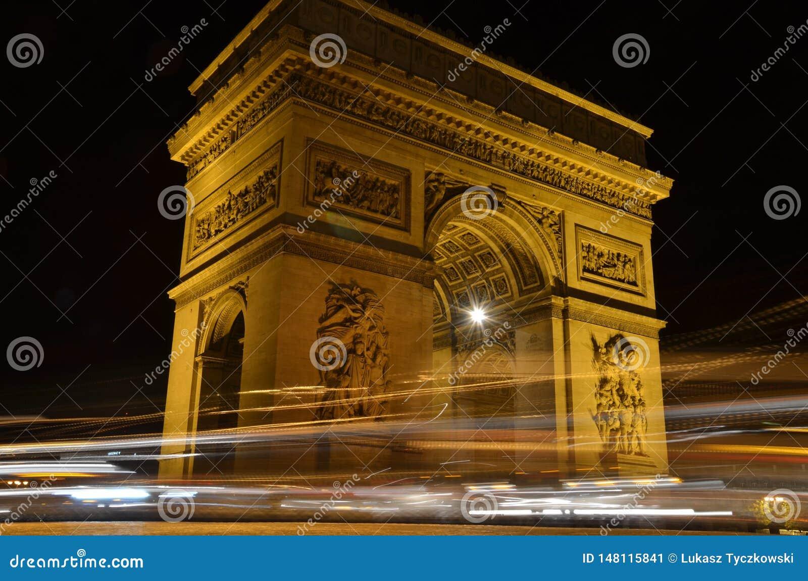 凯旋门在巴黎,法国-与汽车光踪影的夜视图