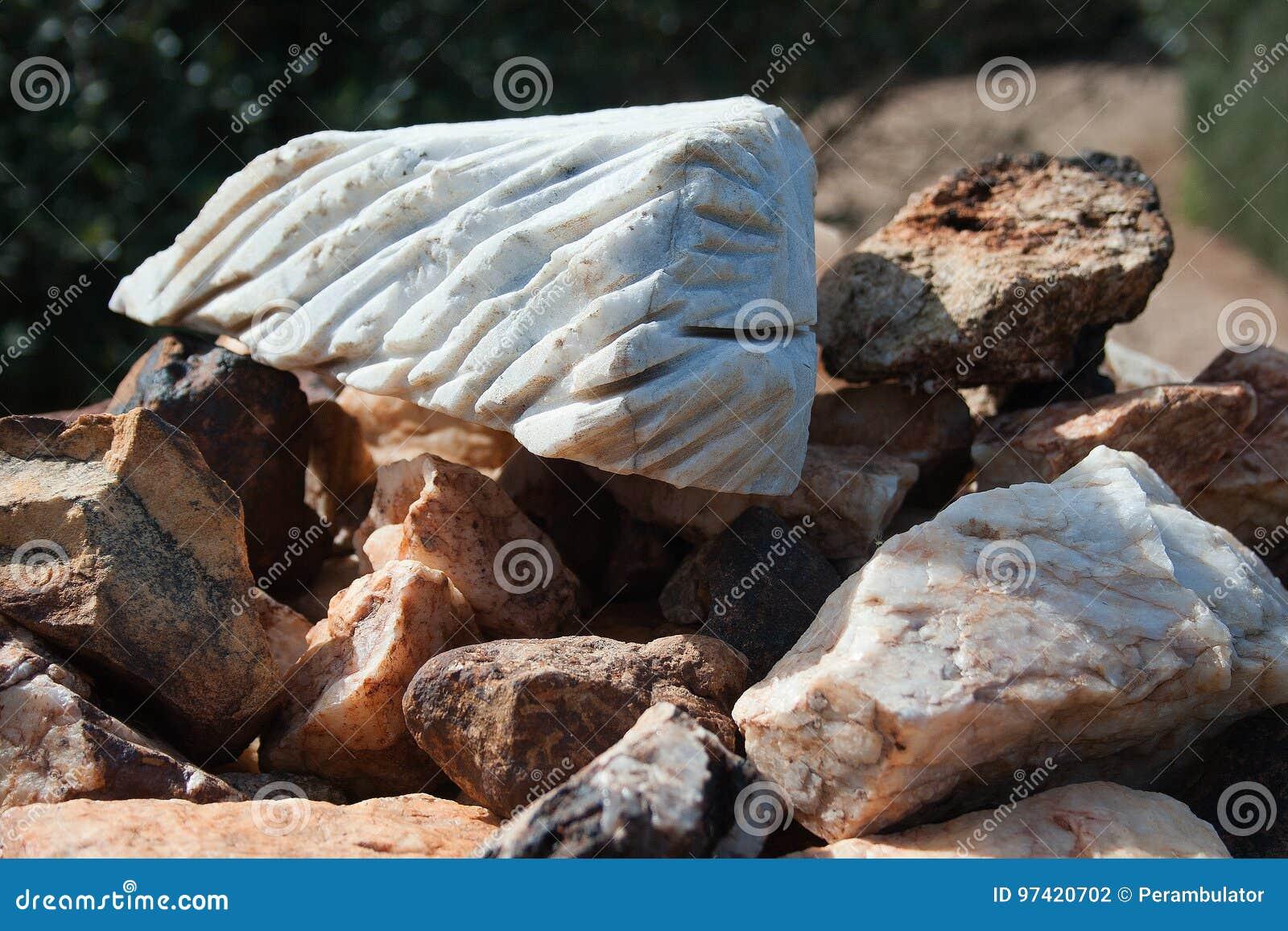 凹线切开了成岩石