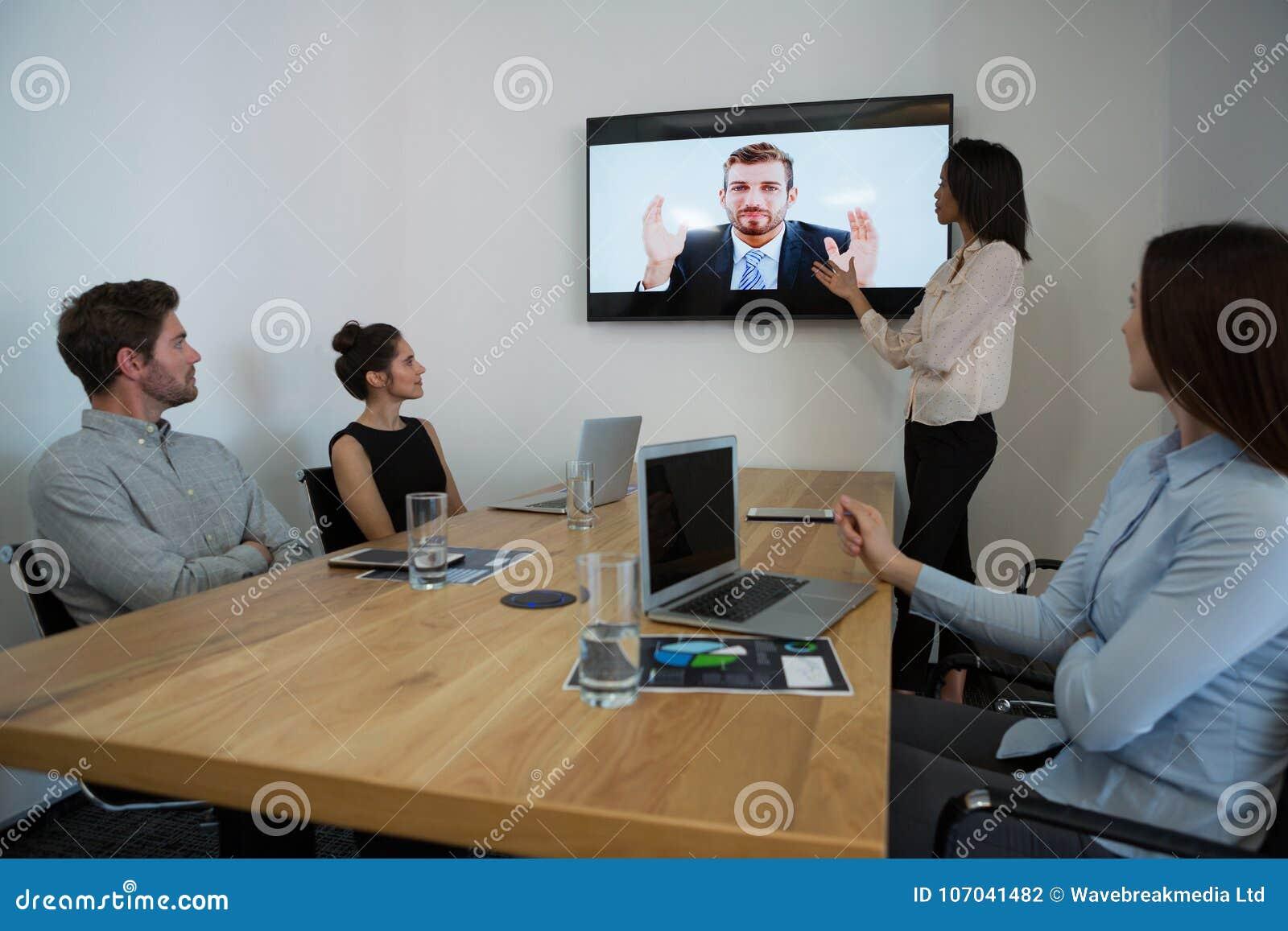 出席录影电话的企业同事在会议室