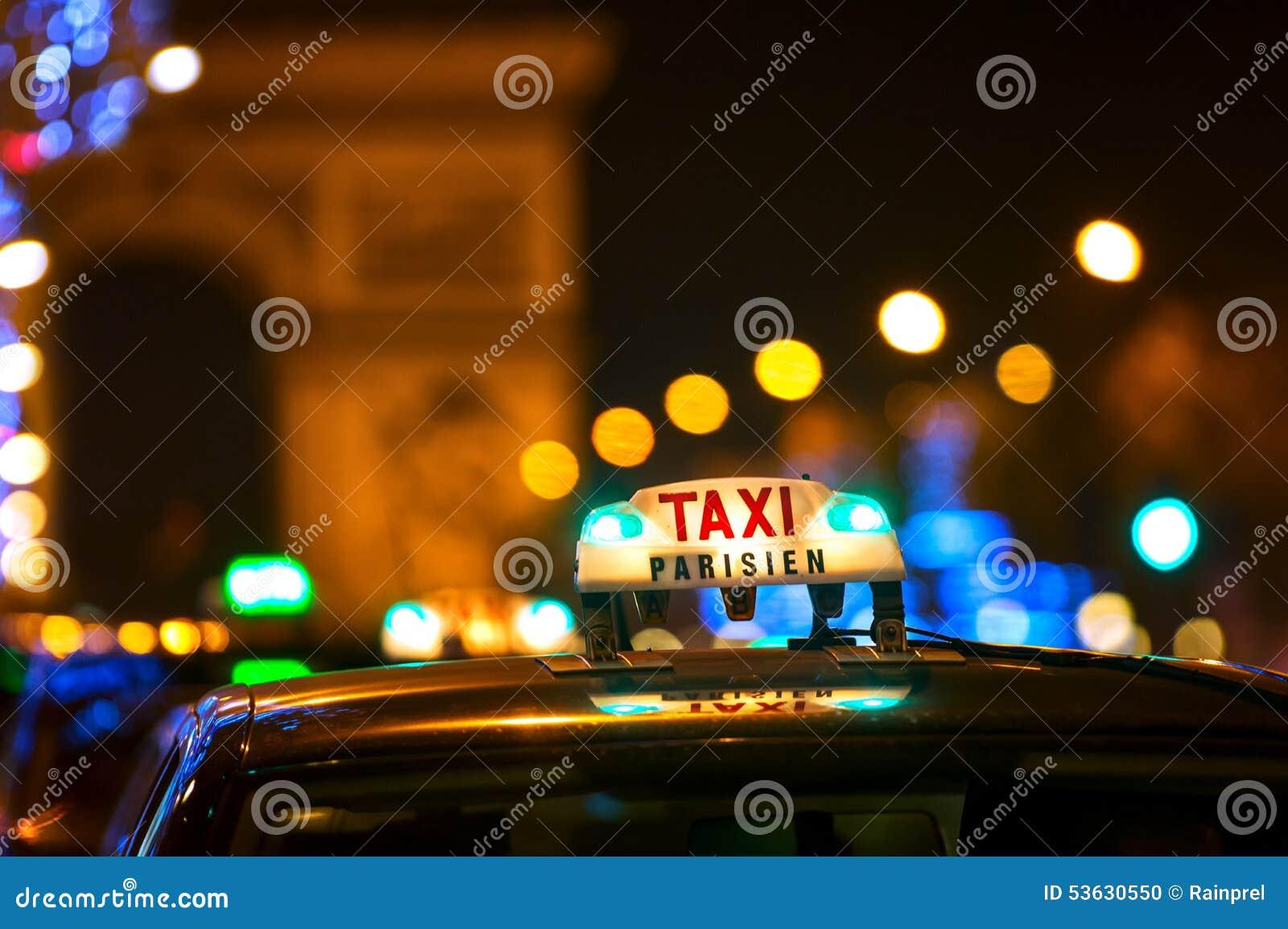 出租车和凯旋门在巴黎,法国