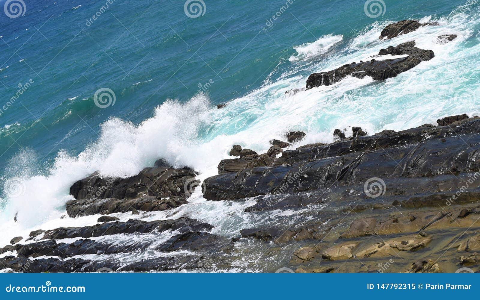 击中和打破在岩石-布莱尔港,Adnaman尼科巴群岛,印度的海波浪