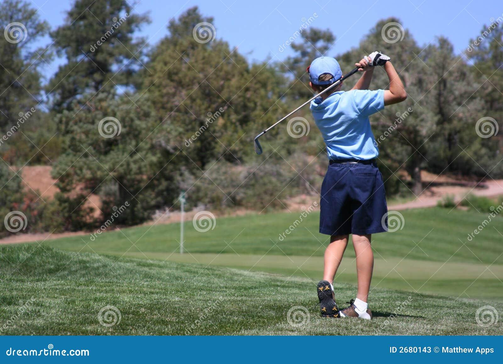 击中男性年轻人的球高尔夫球