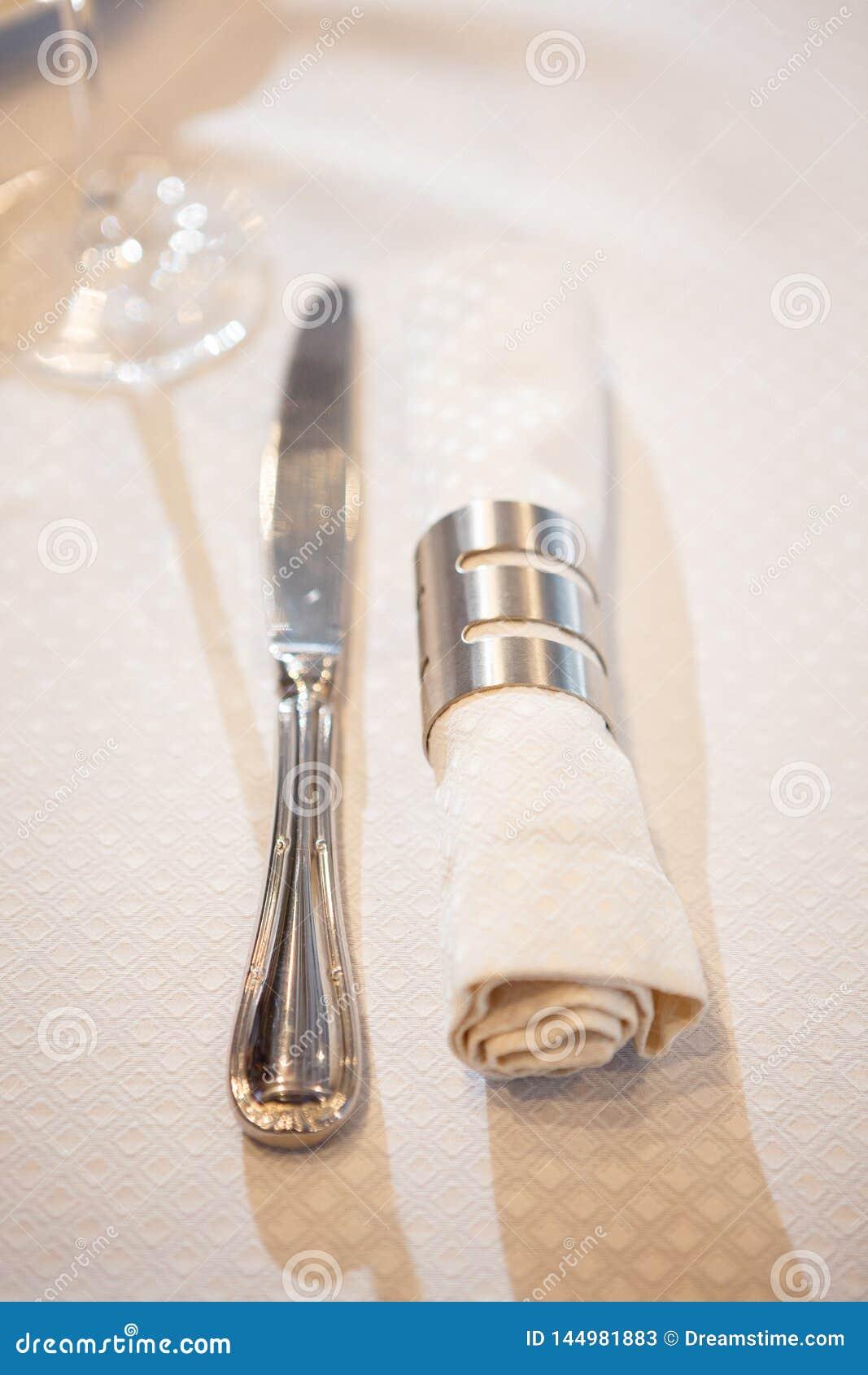 刀子和餐巾在圆环