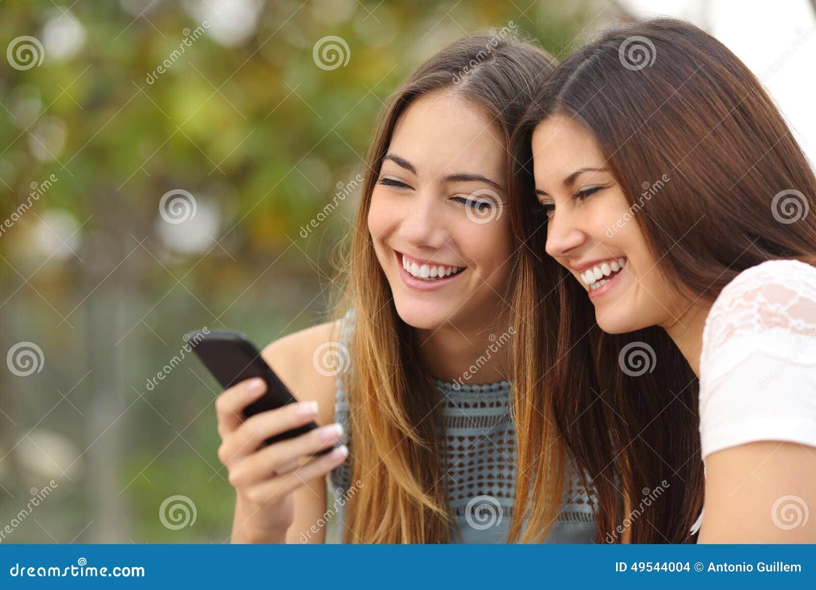 分享一个巧妙的电话的两个愉快的妇女朋友
