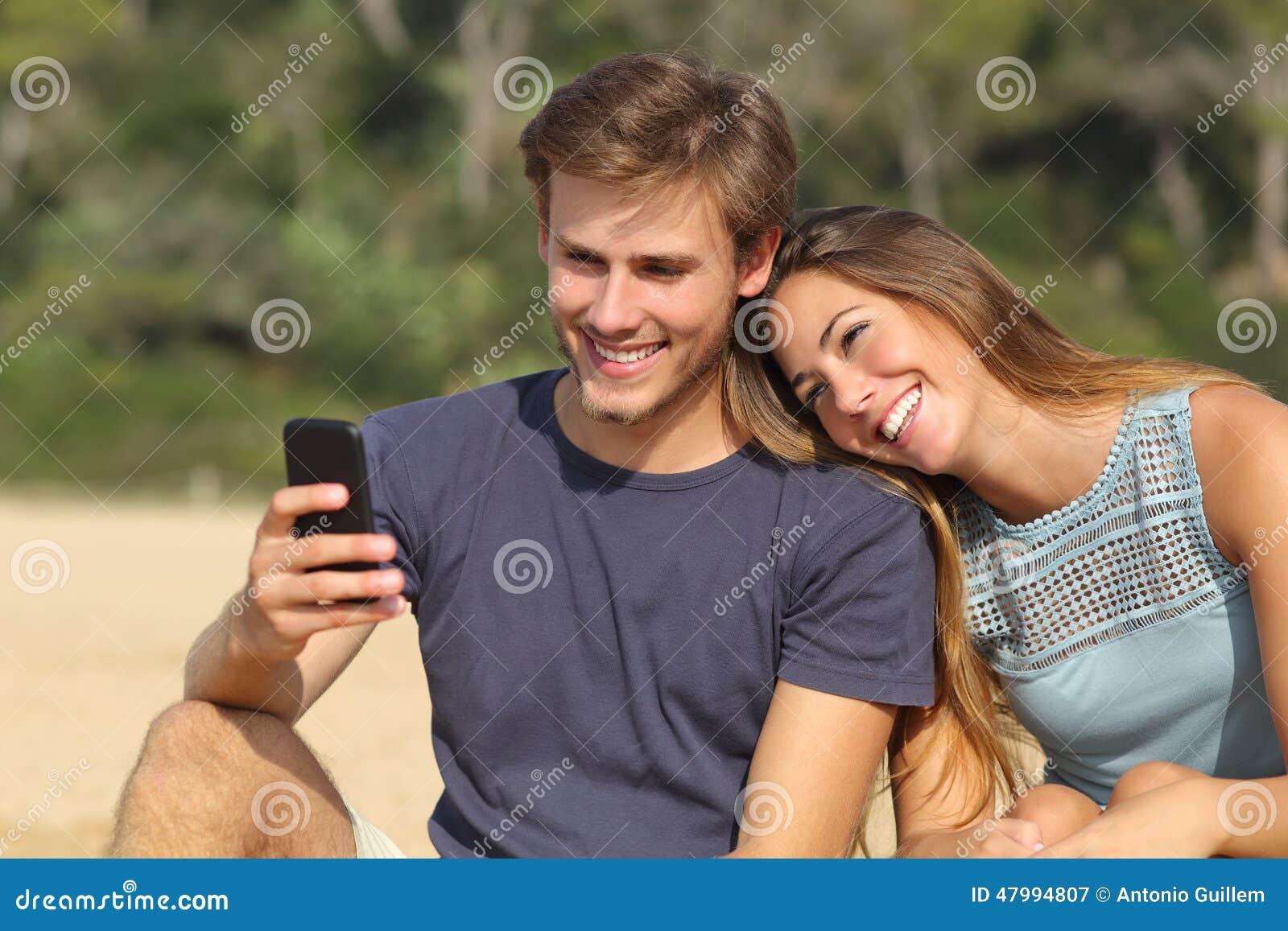 分享在巧妙的电话的少年夫妇社会媒介