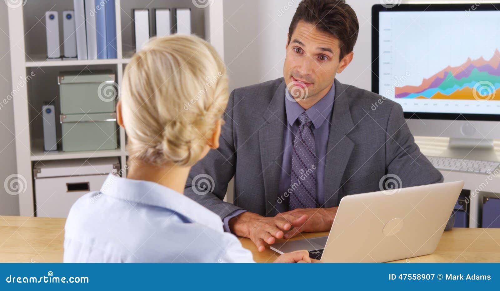 分享他的研究的商人与同事在办公室