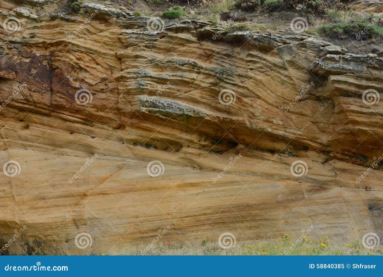 分层堆积在Clashach小海湾的砂岩