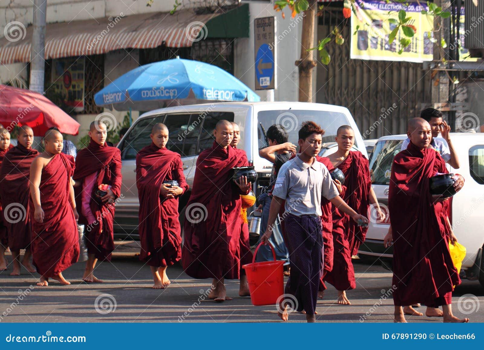分布的食物传统救济仪式对和尚的在仰光,缅甸街道上