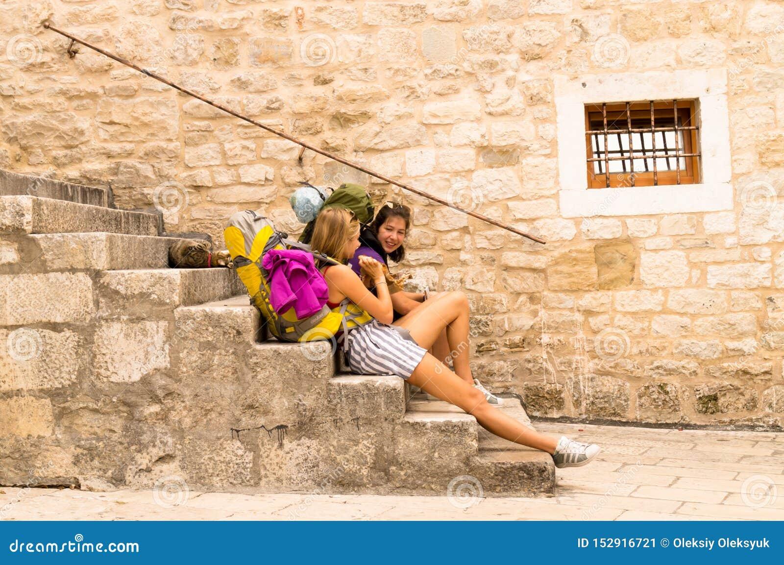 分裂达尔马提亚 r 09/06/2018:分裂,达尔马提亚,克罗地亚;09/07/2018:女孩坐步