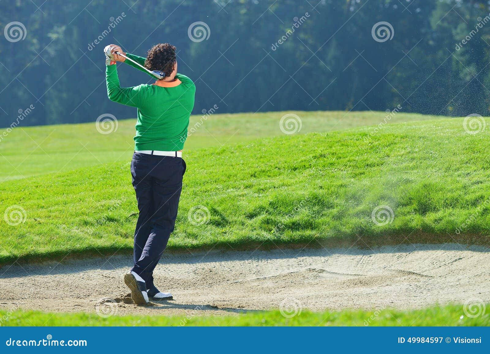 切削从砂槽的高尔夫球运动员球