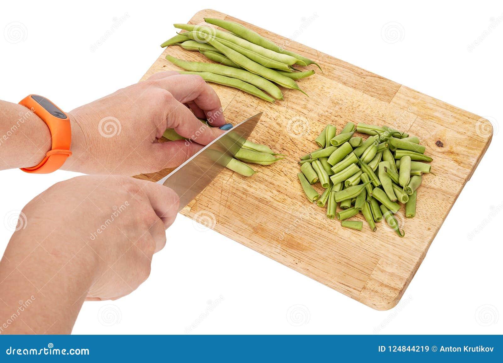 切在一个切板的新鲜的青豆在桌上